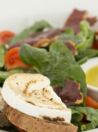 Салат из шпината с запеканным козьим сыром 250г